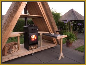 houten buitenkeuken met pizzaoven