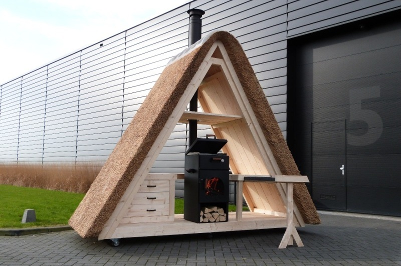 Rietgedekte-houten-buitenkeuken-houtgestookt